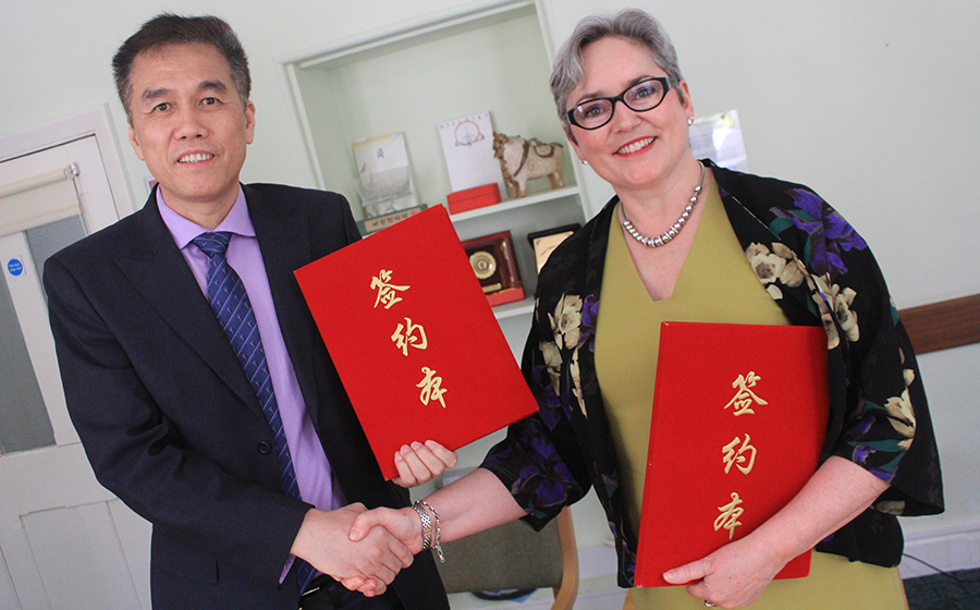 Mr Liu Yongdong, President and Professor of Athletic Training, with Deputy Vice-Chancellor Professor Catherine Harper